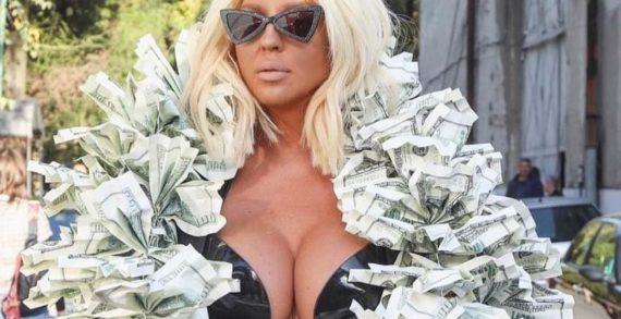 Jelena Karleusa dolardan yapılmış bir şalla sokağa çıktı