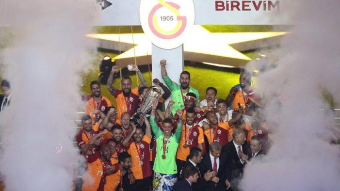 Galatasaray 22. şampiyonluğu kutluyor